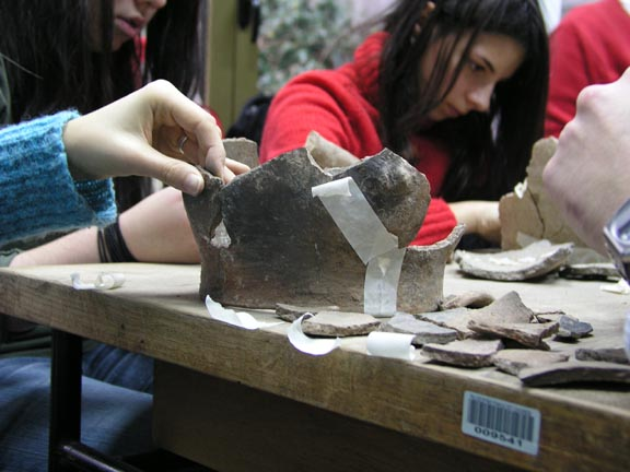 Rekonstruiranje keramičkih posuda sa lokaliteta Bapska-Gradac.